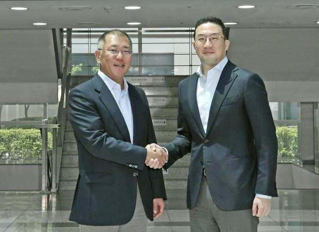 정의선 현대차그룹 회장(왼쪽)과 구광모 LG 회장이 2020년 6월 22일 LG화학 오창공장에서 만나 악수하고 있다. /LG 제공