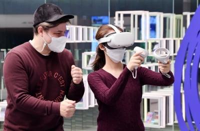 """""""바닷속 풍경이 눈앞에""""...VR 기기 오큘러스 퀘스트2 써보니"""