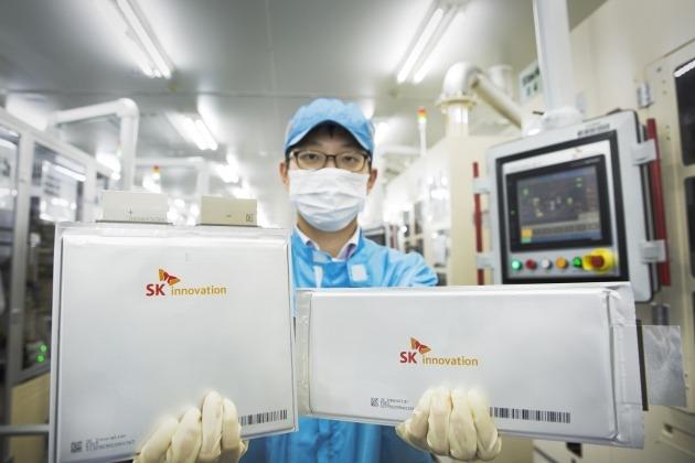 SK이노베이션 배터리 연구원이 자사 배터리를 선보이고 있다. /SK그룹 제공