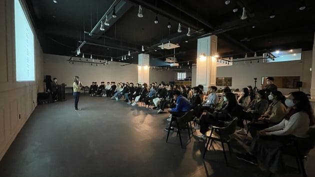 발표를 경청하고 있는 학생들의 모습.