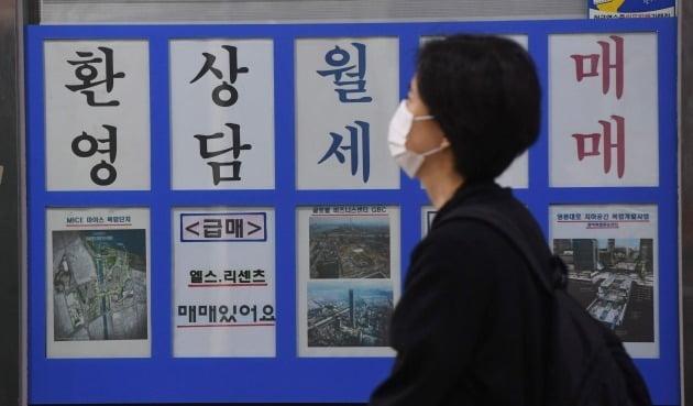 서울의 한 부동산 중개업소에 월세 상담 안내문이 붙어 있다. /한국경제신문