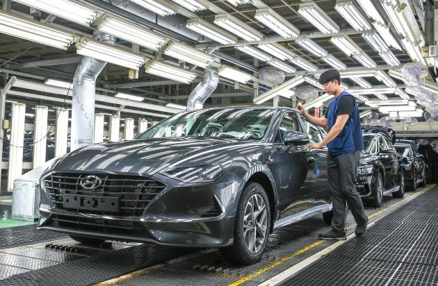 (사진) 현대차 충남 아산공장에서 노동자가 자동차를 조립하고 있다. /현대자동차 제공