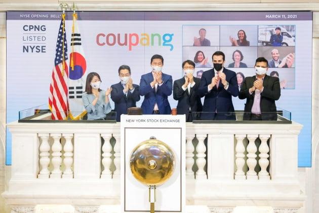 (사진) 김범석(왼쪽 셋째) 쿠팡 이사회 의장 등 쿠팡 경영진과 존 터틀(오른쪽 둘째) NYSE 부회장이 3월 11일 뉴욕증권거래소에서 상장 기념 '오프닝 벨'을 울리고 있다. /쿠팡 제공