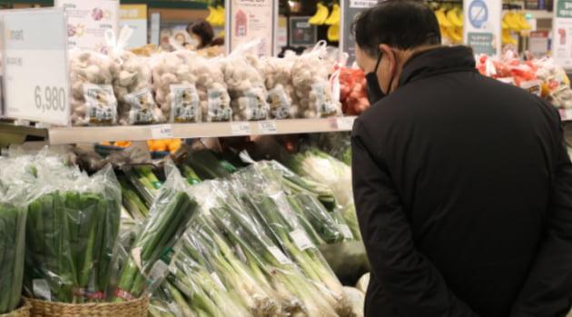 서울의 한 대형마트에서 소비자가 채소 판매대를 둘러보고 있다.