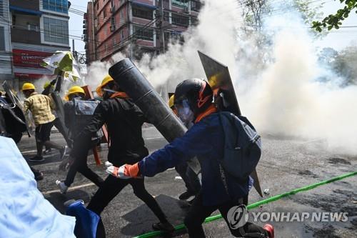 아웅산 수치 2건 추가 기소…유혈참사에도 양곤 등서 또 시위(종합2보)