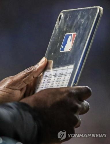 MLB 올해 더그아웃서 태블릿 PC 사용 승인…'타자들 신났네'