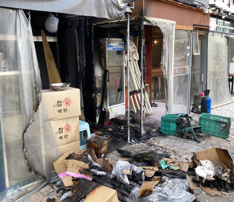 출근길에 화재 목격한 소방관…천막 뜯어내고 불길 잡아