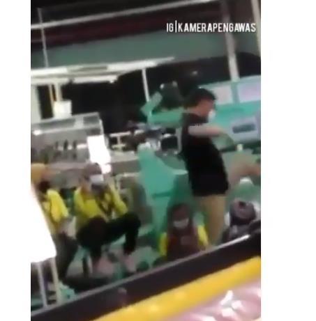 인도네시아 韓신발공장서 여직원들 앞 '발차기' 동영상 논란