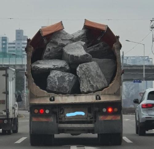 """'아슬아슬' 바위 싣고 간 트럭 운전자 """"수리중 일감 안 놓치려""""(종합)"""