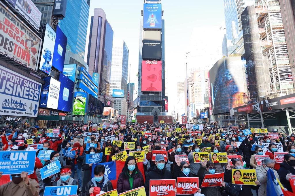 밤·새벽에도, 뉴욕·대만에서도…미얀마 쿠데타 규탄시위 계속
