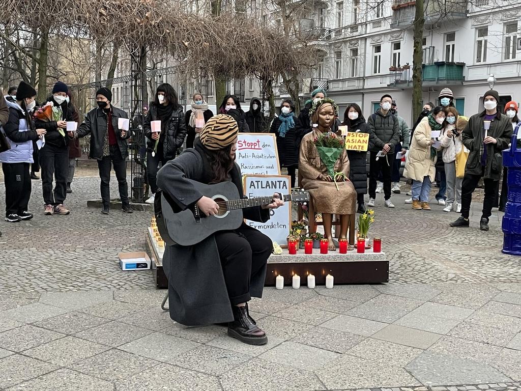 """베를린서도 """"증오 멈춰라""""…아시아계 2세들, 소녀상앞 집회"""