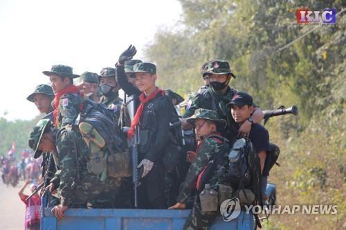 """미얀마 소수민족 무장단체들 """"살상 안멈추면 반군부 힘합칠것"""""""