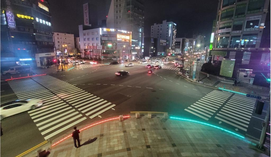 울산 16개 교차로·초등학교 앞에 스마트 바닥 신호등 설치