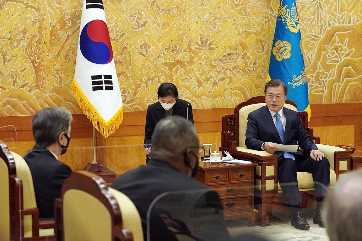 문 대통령은 18일 오후 청와대에서 미국 토니 블링컨 국무장관과 로이드 오스틴 국방장관을 접견했다. (청와대 제공)