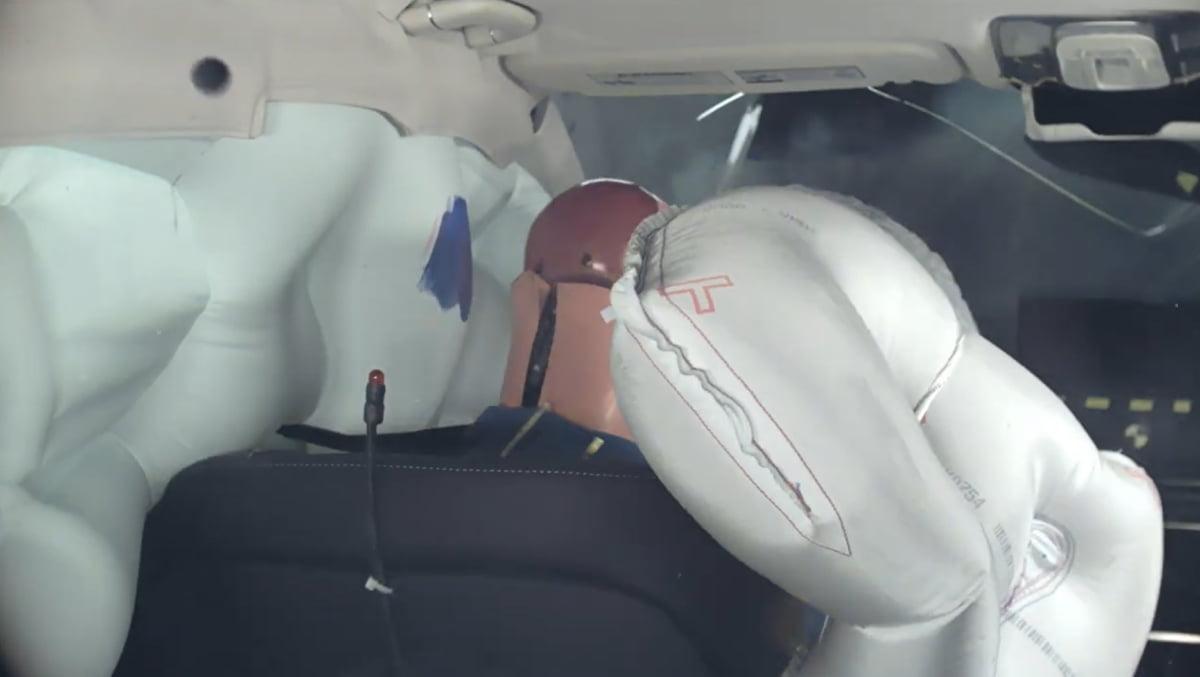 GV80은 충돌 시 사방에서 에어백이 나와 운전자를 보호하는 것을 알 수 있다