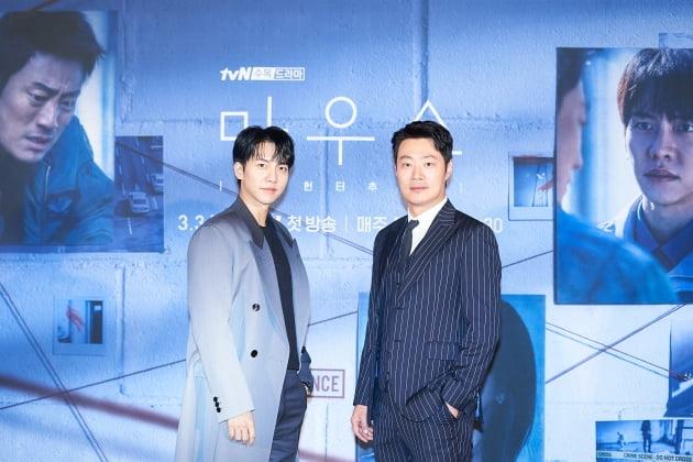 이승기와 이희준은 '마우스'에서 각각 정의감으로 똘똘 뭉친 어리바리 파출소 신입 순경 정바름 역을, 강력계 내 조폭 형사로 통하는 고무치 역을 맡았다. /사진제공=tvN