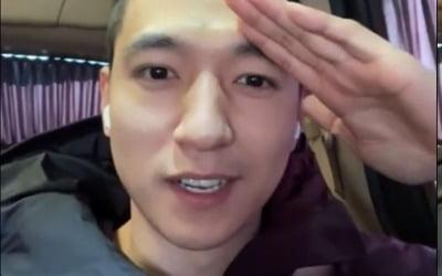 """데이식스 성진, 깜짝 입대…훈련소 가는 길에 """"충성!"""""""