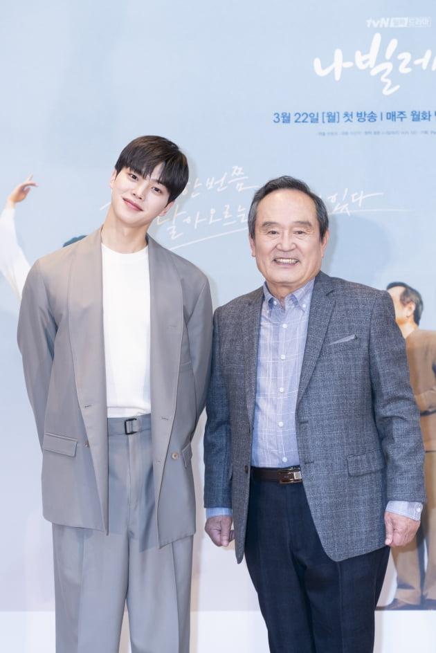 배우 송강(왼쪽)과 박인환이 16일 오후 온라인 생중계된 tvN 새 월화드라마 '나빌레라' 제작발표회에 참석했다. /사진제공=tvN