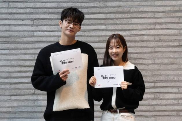'어느 날 우리집 현관으로 멸망이 들어왔다' 서인국(왼쪽), 박보영/ 사진=tvN 제공