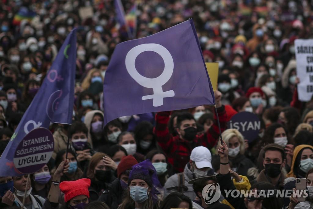 터키 '여성 보호' 이스탄불협약 탈퇴…거리 뒤덮은 보랏빛 물결