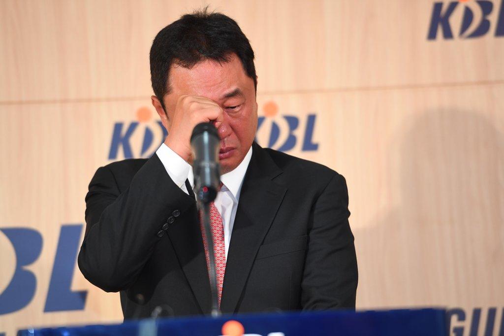 KBL 최초 3개팀서 정규리그 1위…전창진 감독 '4년의 눈물' 씻다