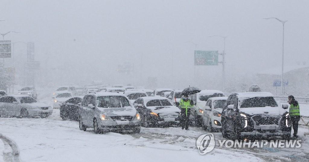 미시령 55.3cm 폭설…도로 곳곳 차량 고립 '아수라장'(종합2보)