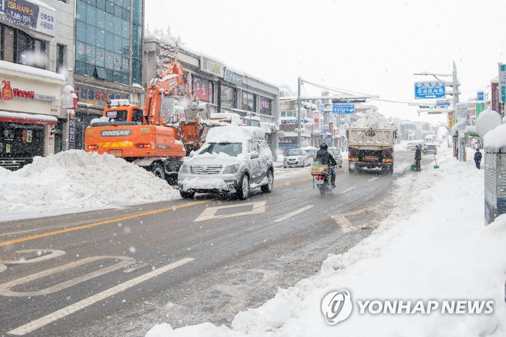 '1m 육박 춘설'에 시내버스 끊겨…강원 교통통제·고립 속출