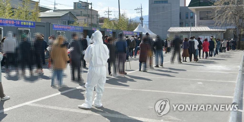 """오늘 다시 400명대…""""이동량 ↑ 손씻기↓ '방심'이 가장 위험"""""""