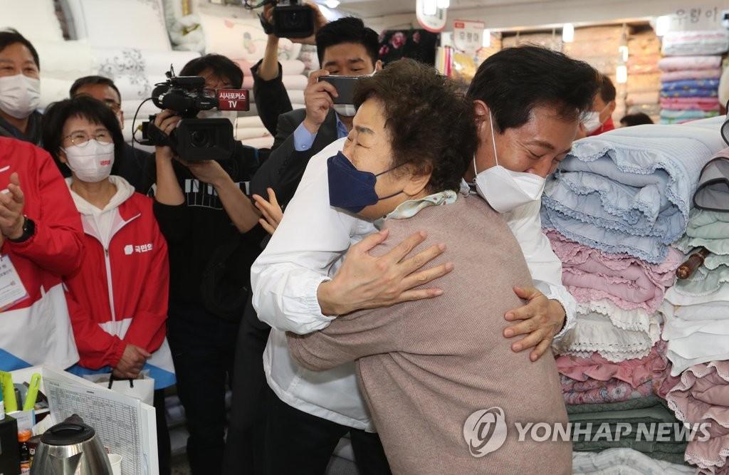 '셀카 요청에 격한 허그'…오세훈, 첫날 'V'자 인기몰이