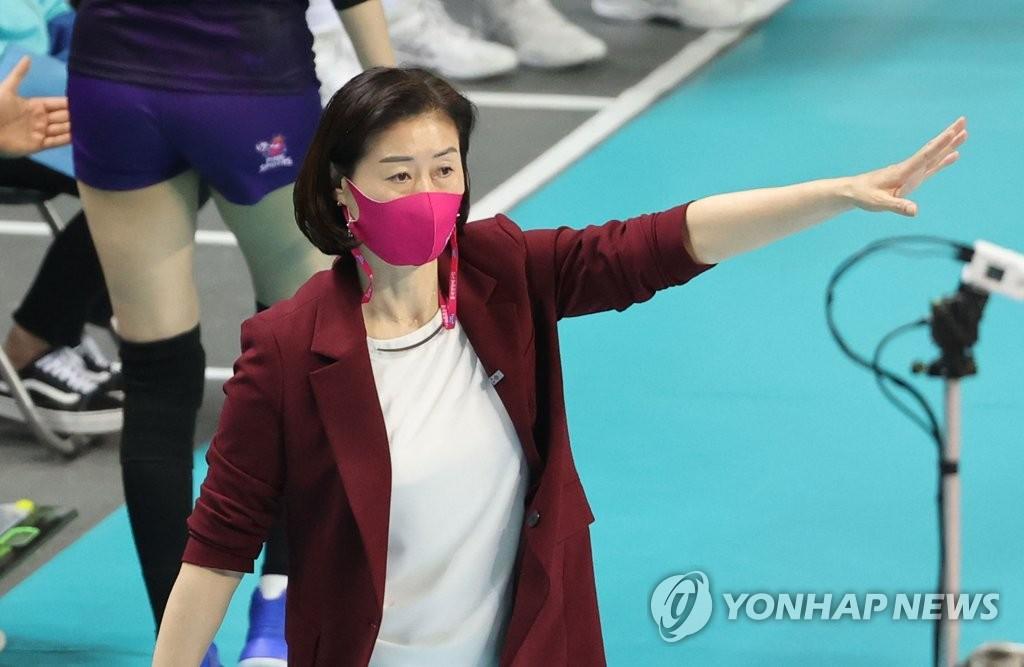 """지푸라기라도 잡고픈 박미희 감독 """"응원단 좀 더 들어왔으면"""""""
