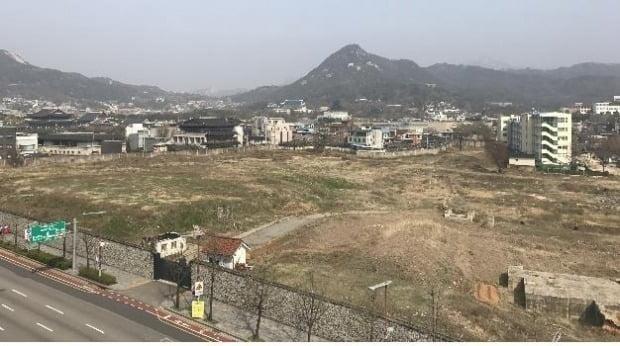 3일 항공업계 등에 따르면 서울시와 대한항공 간 송현동 부지 처리를 놓고 진행된 협상이 막바지 단계에 접어들었다. 사진은 송현동에 공터로 있는 대한항공 부지. 사진=연합뉴스