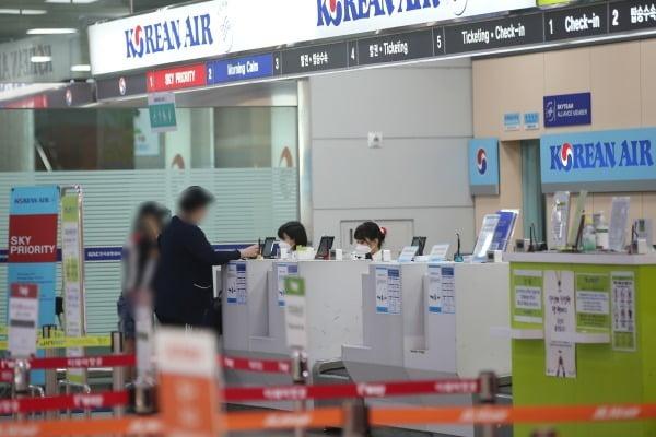 광주 광산구 광주공항 이용객이 탑승 수속을 밟고 있다. /사진=연합뉴스
