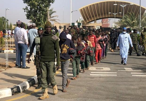 지난해 12월 나이지리아 서북부 카치나주의 칸카라에서 이슬람 무장단체 보코하람에 납치됐던 학생들이 풀려난 뒤 군인들의 인솔 하에 주도 카치나의 정부청사로 가고 있다. 사진은 특정 기사와 무관함. /사진=AP