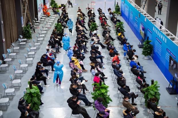 지난 1월5일 중국 베이징 차오양구의 백신접종센터에서 의료진이 신종 코로나바이러스 감염증(코로나19) 백신 접종을 마친 시민들이 모여있는 대기실을 오가며 경과를 관찰하고 있다. 사진=연합뉴스