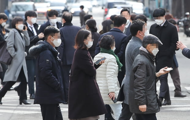 서울 영등포구 여의도에서 직장인들이 점심시간을 맞아 대거 이동하고 있다. 사진=연합뉴스