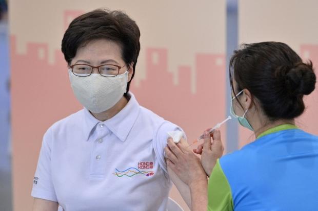시노백 코로나19 백신 접종받는 캐리 람 홍콩 행정장관. 사진=연합뉴스