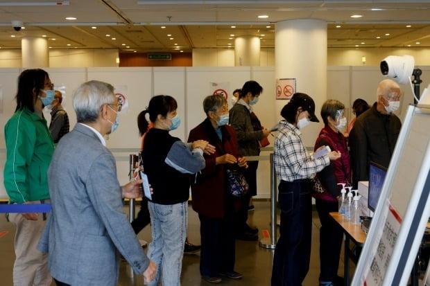 사진은 백신 접종을 위해 줄 서 있는 홍콩 시민들. /사진=로이터