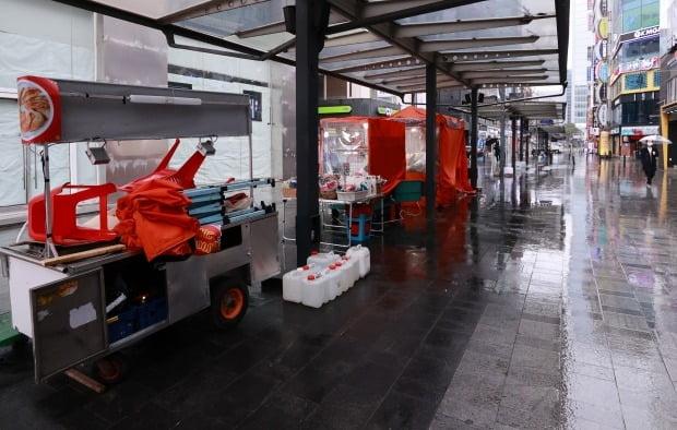 지난 1일 오후 서울 종로구 관철동 젊음의 거리에서 노점들이 영업 준비를 하고 있다. /사진=연합뉴스