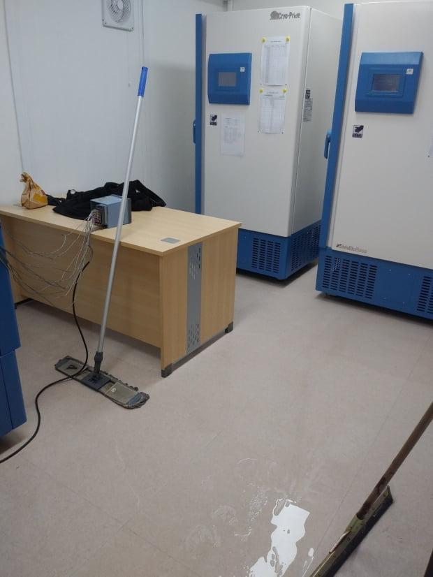 지난 2일 오후 11시 15분께 국립중앙의료원 화이자 코로나19 백신 냉동고실 인근 화장실 온수 펌프기가 터져 냉동고실 바닥에 물이 차있다. 사진=연합뉴스