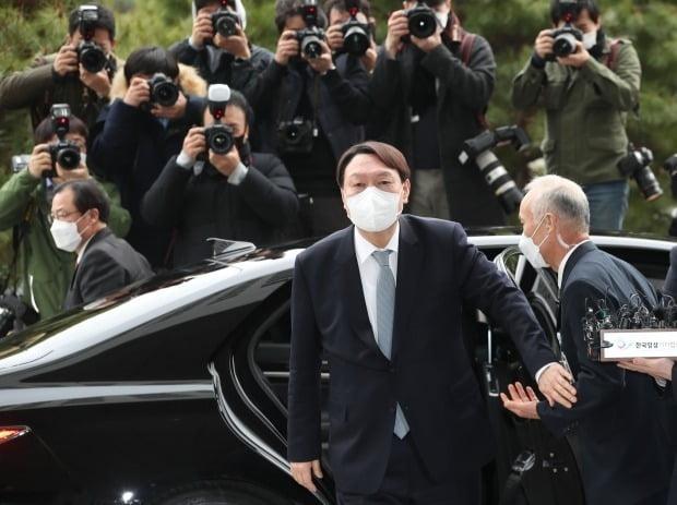 윤석열 검찰총장이 4일 오후 서울 서초구 대검찰청에 도착, 차에서 내리고 있다. (사진=연합뉴스)