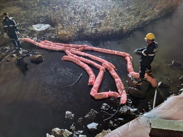 4일 오후 울산시 울주군 온산읍 에쓰오일 부스터 펌프 주변에서 원유가 누출되는 사고가 발생했다. 울산해양경찰서는 해안 유입에 대비해 사고 현장 주변 하천에 오일펜스를 설치했다. /사진=연합뉴스