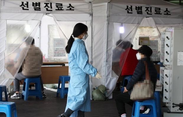 지난 5일 오후 광주 서구보건소 선별진료소에서 코로나19 검사를 받으려는 시민들의 발길이 이어지고 있다./ 사진=연합뉴스