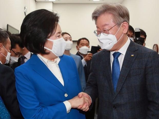 악수하는 이재명과 박영선 / 사진=연합뉴스
