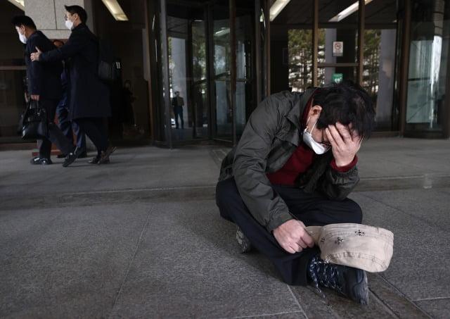 (故) 박인근 전 형제복지원 원장에 대한 비상상고가 기각되자  주저앉은 형제복지원 피해자 /사진=연합뉴스