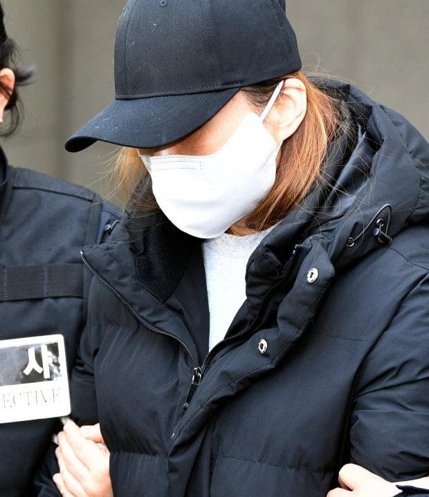 17일 오후 경북 구미경찰서에서 3세 여아 사망사건의 친모인 석모씨가 호송 차량으로 이동하고 있다 (사진=연합뉴스)