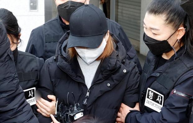 경북 구미경찰서에서 3세 여아 사망사건의 친모인 석모씨가 호송 차량으로 이동하고 있다. /사진=연합뉴스