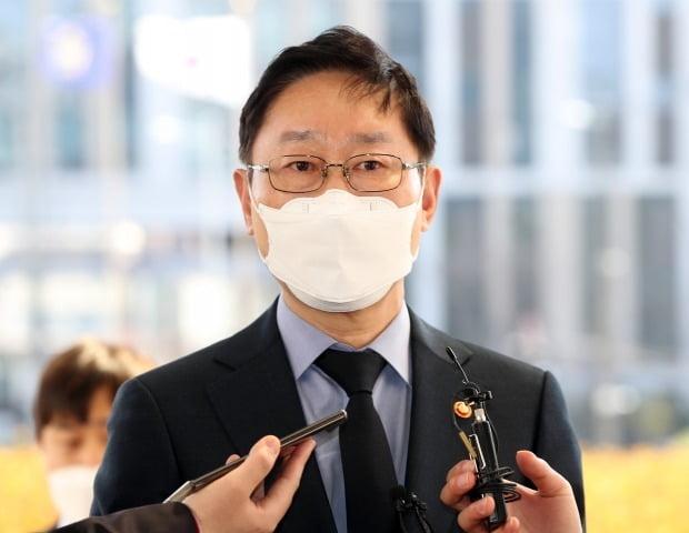 박범계 법무부 장관이 대법관후보추천위원회 참석을 위해 22일 오후 서울 서초구 대법원으로 들어가며 취재진 질문에 답하고 있다. /사진=연합뉴스