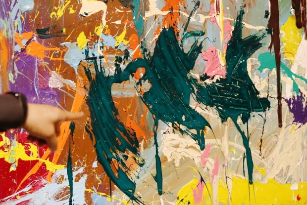 서울 송파구 롯데월드타워몰 지하 포스트에서 열린 '스트리트 노이즈' 전시회에 전시된 존원의 대형 작품을 관람객이 훼손하는 일이 발생했다. /사진=연합뉴스