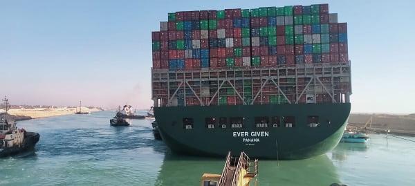 이집트 수에즈 운하에 좌초했던 파나마 선적의 대만 초대형 컨테이너선 '에버 기븐'호가 29일(현지시간) 부양작업이 성공하면서 움직이기 시작하는 것을 인근의 예인선에서 바라본 모습. 수에즈 운하 당국은 '에버 기븐'호가 정상 항로로 돌아왔다고 밝혔다/사진=AFP
