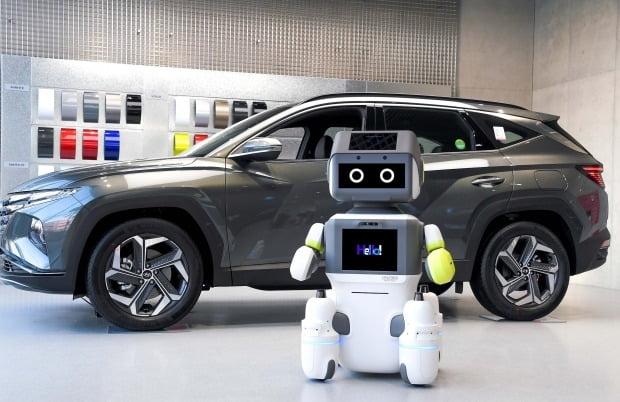 현대차 비대면 고객 응대 서비스 로봇 '달이(DAL-e)' / 사진=뉴스1